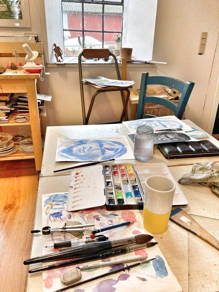 Arbejdsbord med akvarel maleri