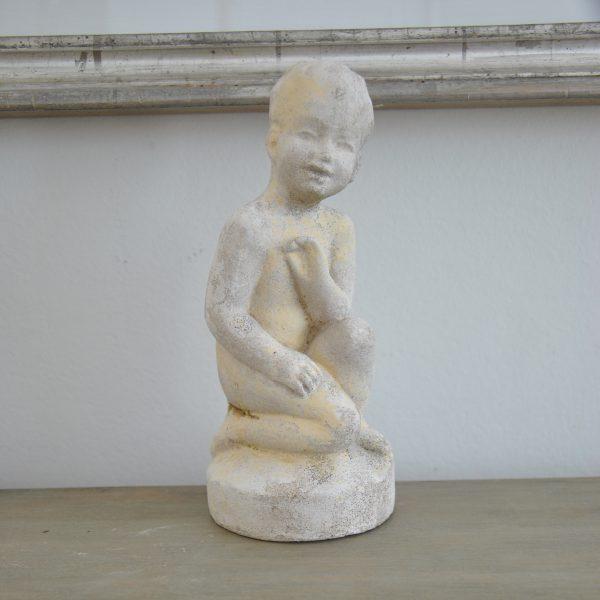 Lille stenfigur af dreng