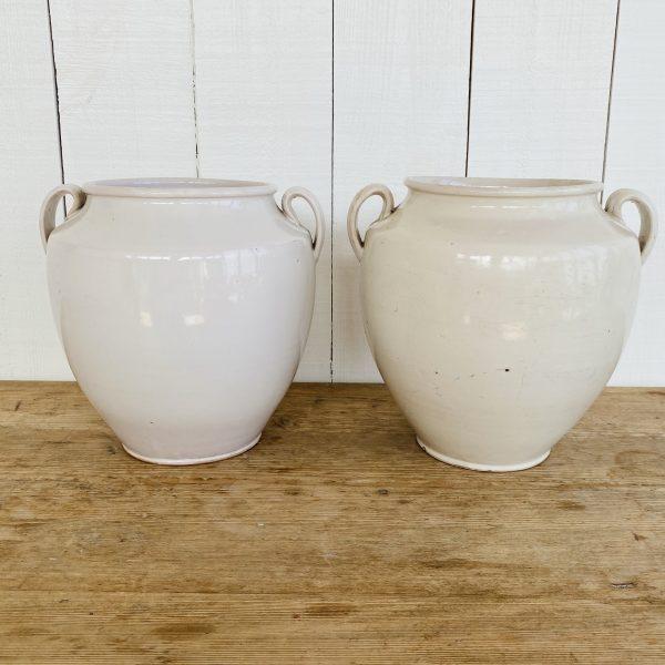 To hvide franske krukker