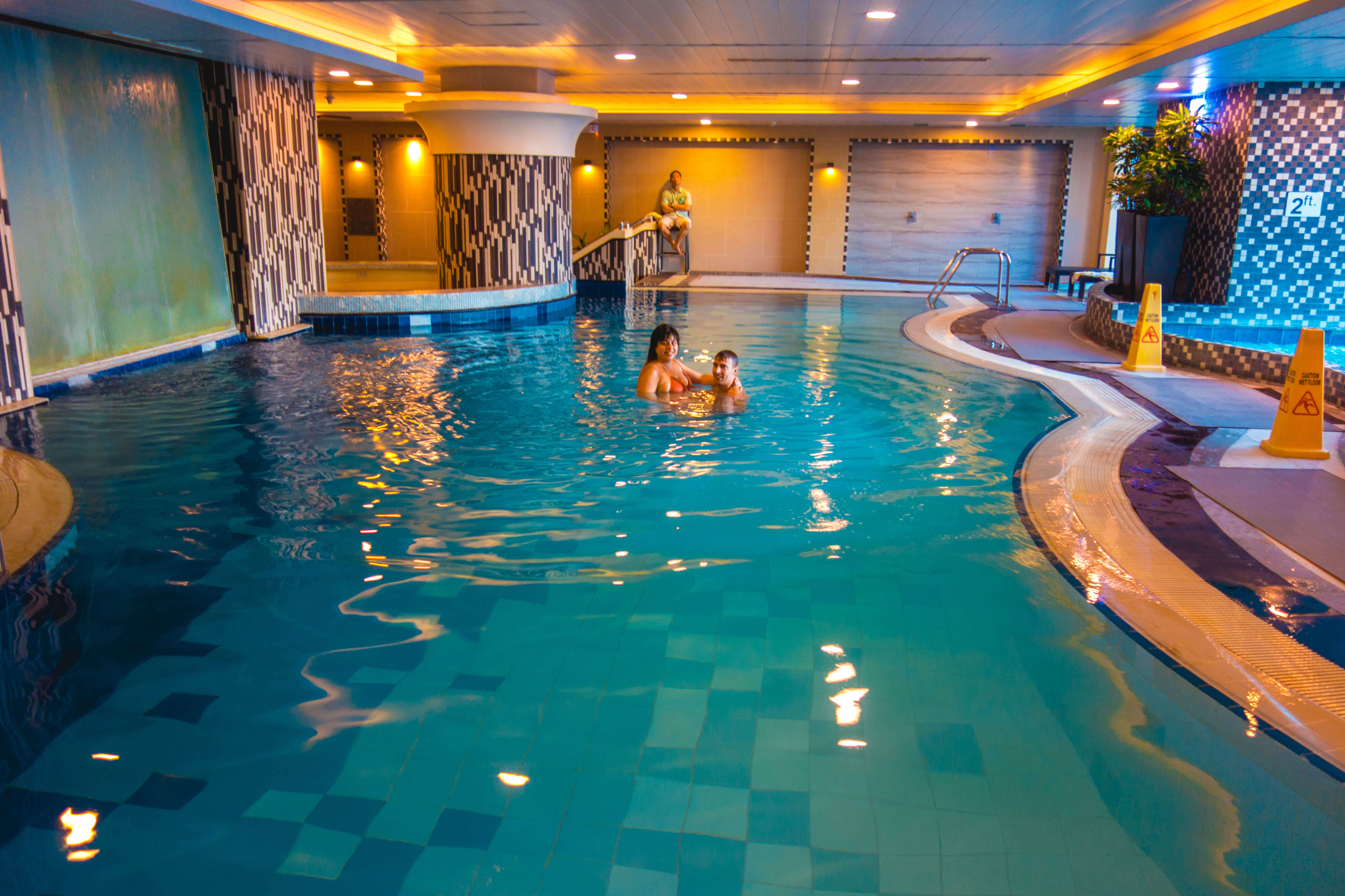 Binnen zwembad Hotel in metro Manila