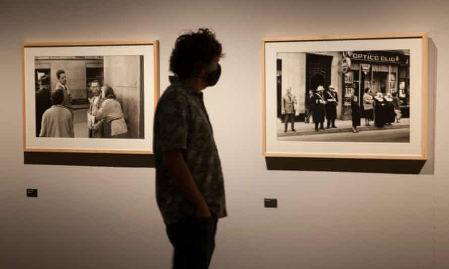 A man wearing a face mask looks at an exhibition of works by Spanish photographer Ramón Masats in Tabacalera last August.