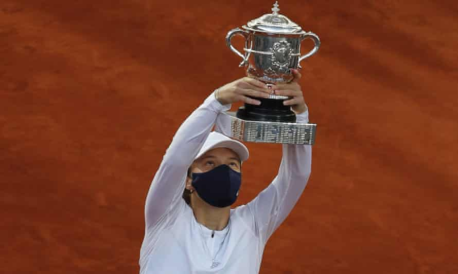 Iga Swiatek lifts the French Open trophy after her impressive victory in 2020.