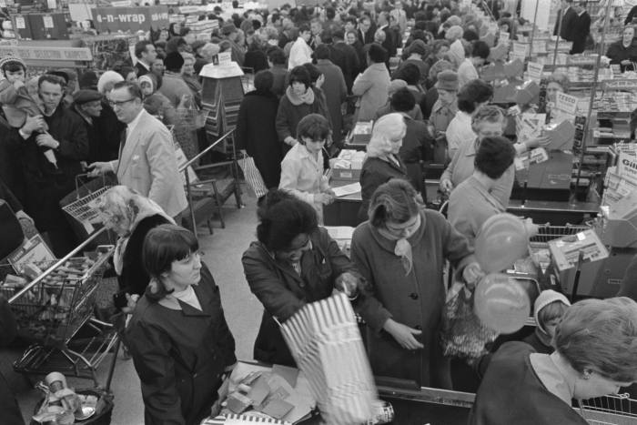 Shoppers at a Tesco supermarket in Brixton, south London, UK, 1966. (Photo by Evening Standard/Hulton Archive/Getty Images)