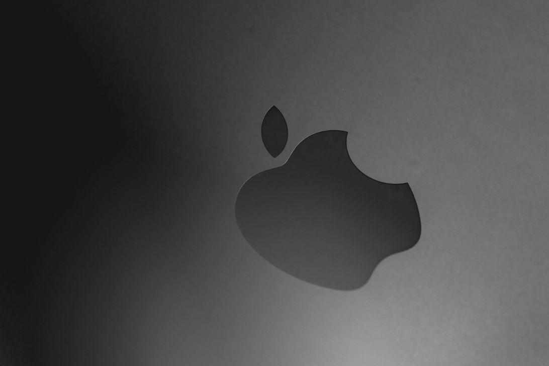 apple-logo-black-macro-1-de-1