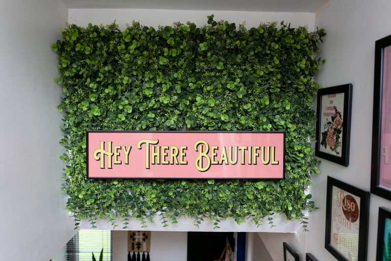 What I Rent: Jess, Wirral, Merseyside: sign reading hey there beautiful on the staircase