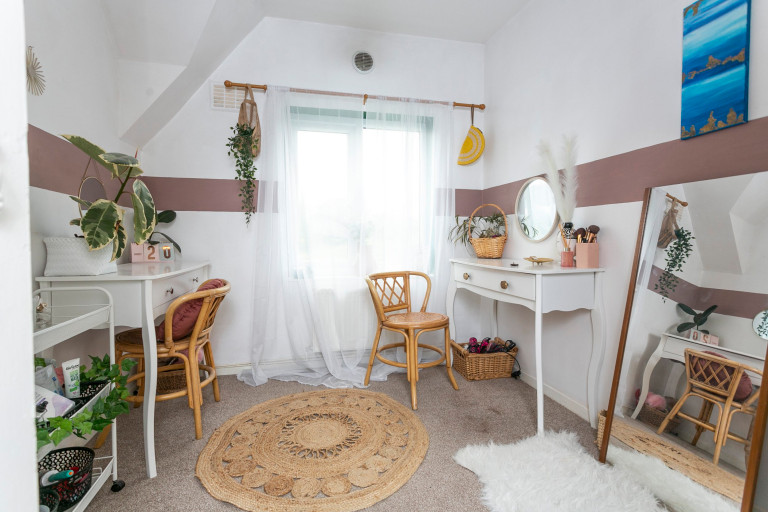 What I Rent: Jess, Wirral, Merseyside: study in bedroom