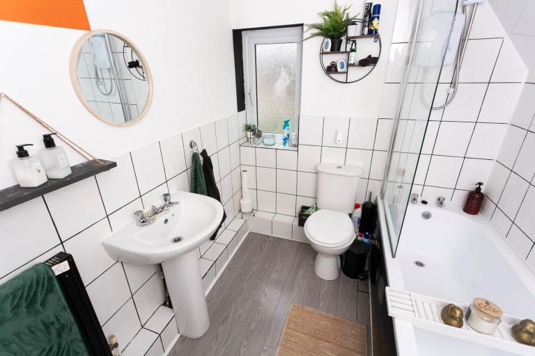 What I Rent: Jess, Wirral, Merseyside: bathroom