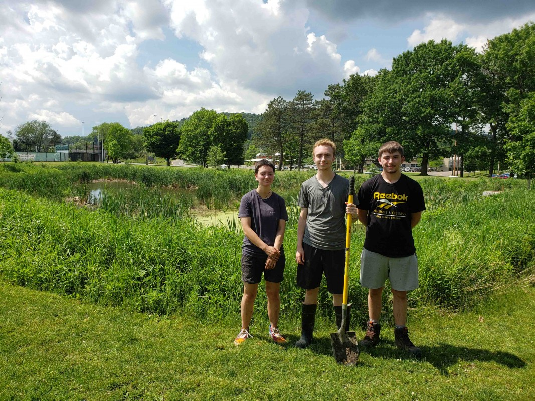 First-Year Research Immersion students in front of the Bartle Wetlands in 2021.