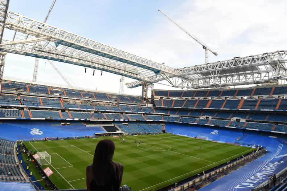A fan surveys the structure of the new retractable roof at the Benabéu before Real Madrid's win over Celta.