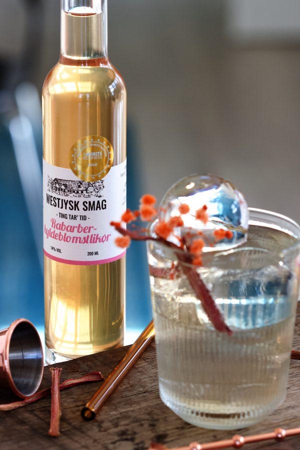 Cocktail med rabarber-hyldeblomst likør