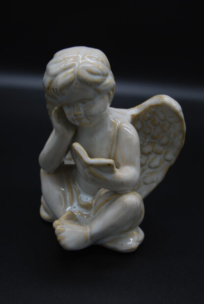 zittende engel met boek 7