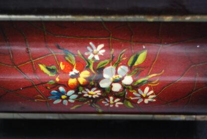 Vintage rood blik met bloemen