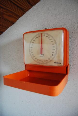 Oranje Soehnle weegschaal voor aan de muur