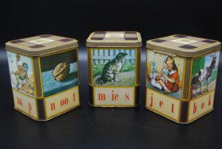 Set verzamelblikjes vintage leesplankje