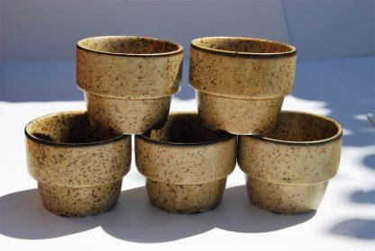 Stapelbare aardewerk koffiebekers-bruin gestippeld