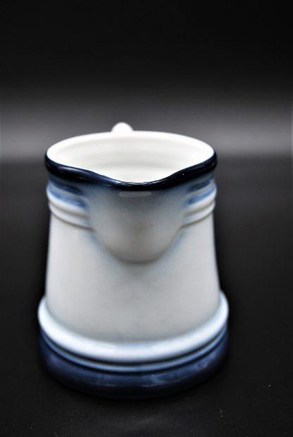 J Kronester Melkkannetje wit met een blauwe rand