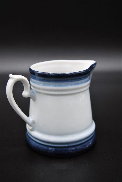 Melkkannetje Kronester wit met een blauwe rand