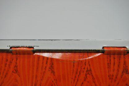 Vintage container oranje-wit met strohoed-gitaar-waaier-schelpen en bloemen