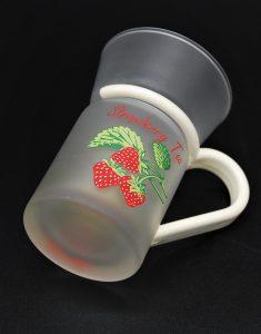 Aardbeien thee-vintae theeglas van wit matglas met kunststof houder