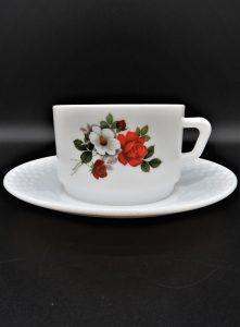 Arcopal Amelie-kop en schotel met rode roos en witte bloem