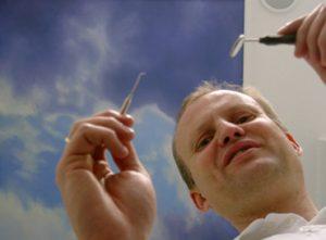 Wolken am Praxis-Himmel: Dr. Markus Fenger bietet seinen Patienten eine außergewöhnliche Aussicht.