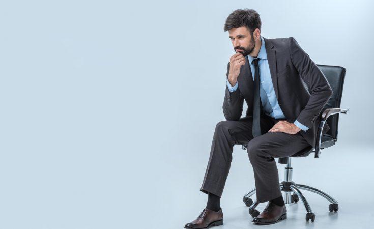 Mand og kontorstol