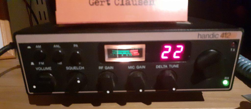 Handic 422  AM-FM, 22 kanaler, 0,5w. Detta är en tysk modell från 1979. Den svenska modellen hette handic 423 och hade 23 kanaler, 5w och endast AM. FM var inte tillåtet i Sverige 1979.  Det står 412 på bilden men det är fel front på radion.