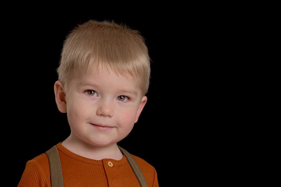 Klassisk børnehavefoto af Peter på sort baggrund
