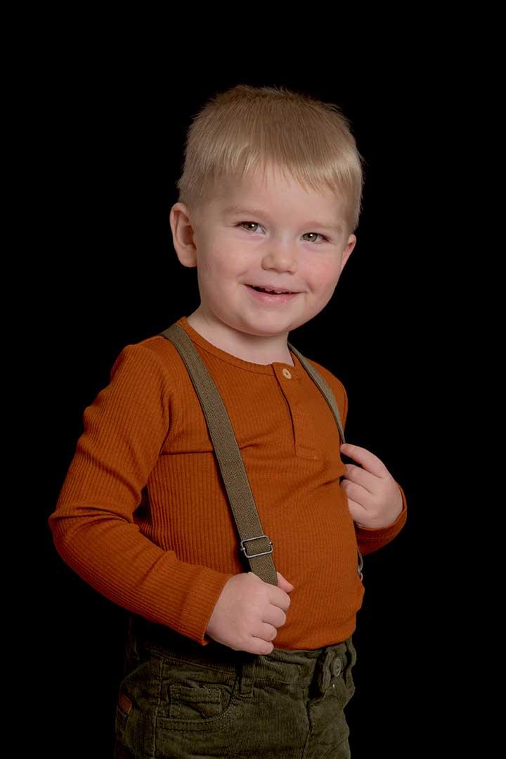 Børnehavefotografering af Bertram på sort baggrund