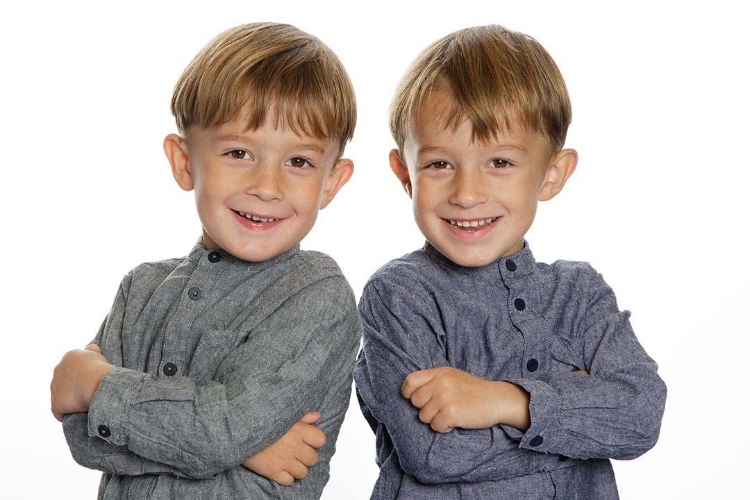 Børnehavefoto på klassisk hvid baggrund af tvillingerne Carl & Alfred