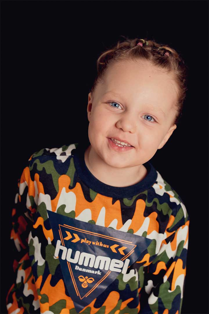 Børnehavefoto moderne af Olivia Lund på sort baggrund