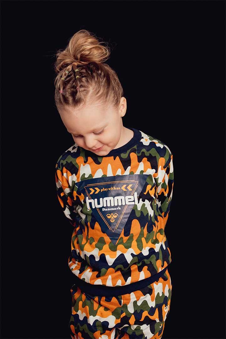 Børnehavefotografering af Olivia på klassisk sort baggrund