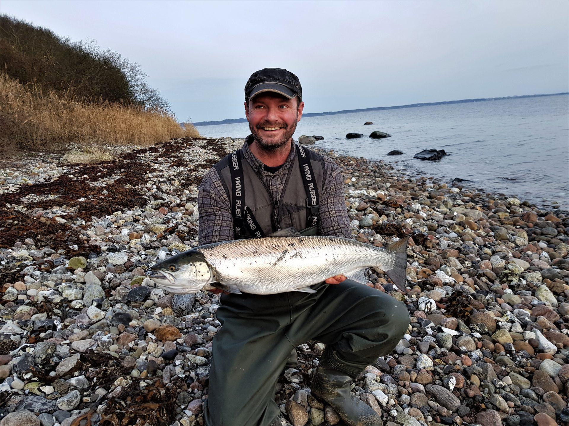 Barsø ligger ved Genner Bugt. Øen egner sig i høj grad til kystfiskeri efter havørreder.