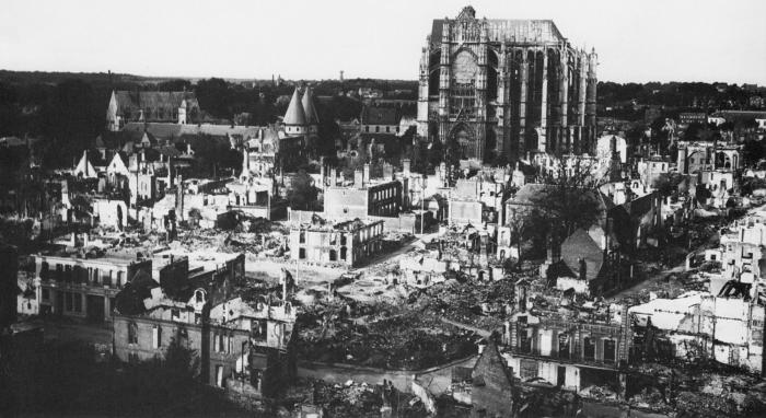 De kathedraal vanuit het zuiden gezien in de Tweede Wereldoorlog. Foto: Mapping Gothic France.
