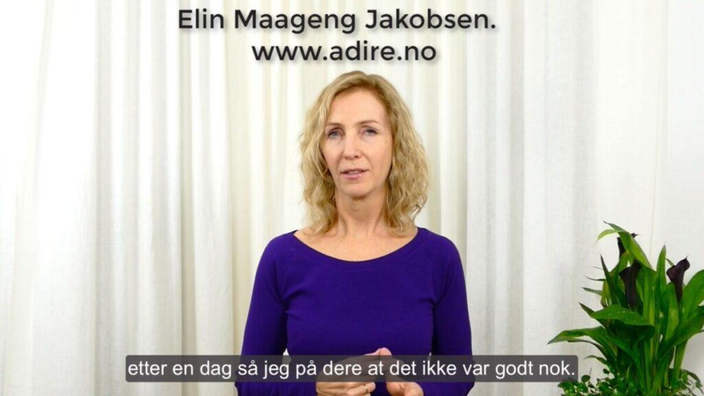 Forsidebilde video, Elin i mørk lilla bluse mot en hvit gardin, med grønne planter til høyre i bildet.