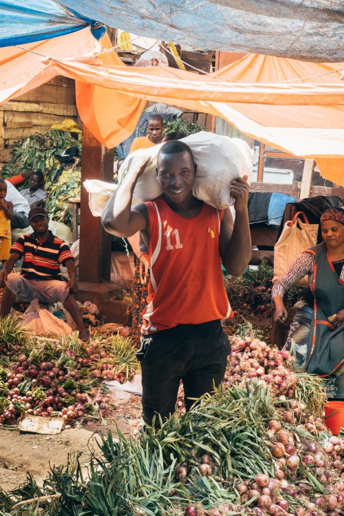 Kampala entdecken - spannenden Eindrücke und Begegnungen auf dem Owino Markt in Kampala.
