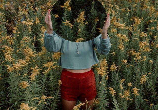 Foto av jente i blomstereng