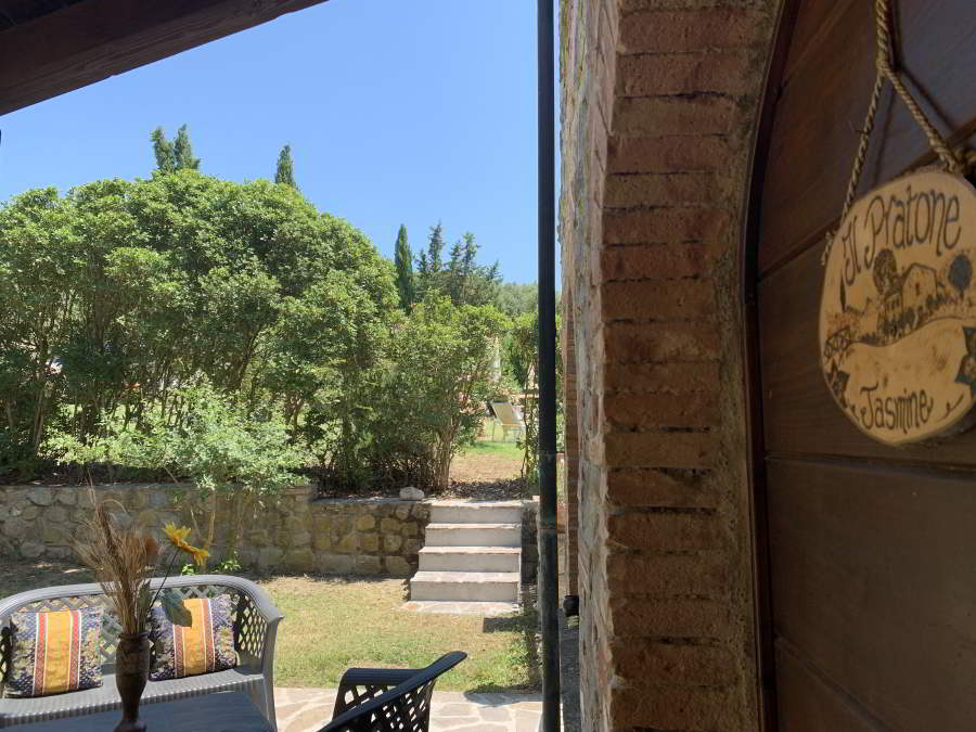 L'incantevole giardino con Veranda del Trilocale Jasmine completamente arredato