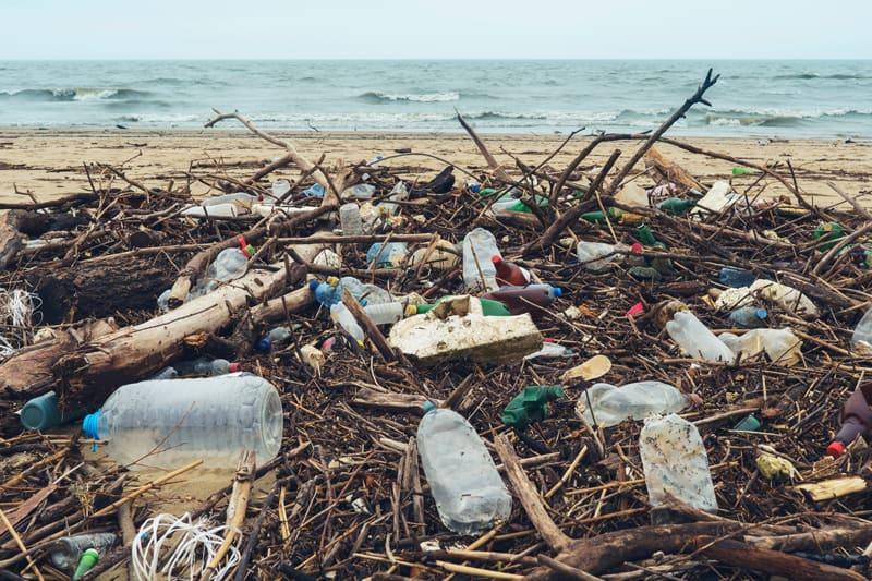 Plastikverschmutzungsabfall füllt Strand ab