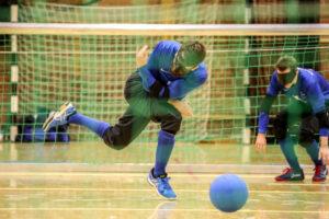 Mikael Åkerberg spelar goalball