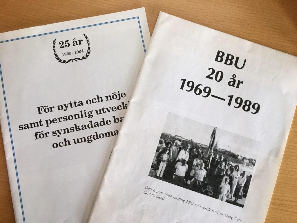 Bild på två av föreningens broschyrer, med text och bilder från de första 20 åren.