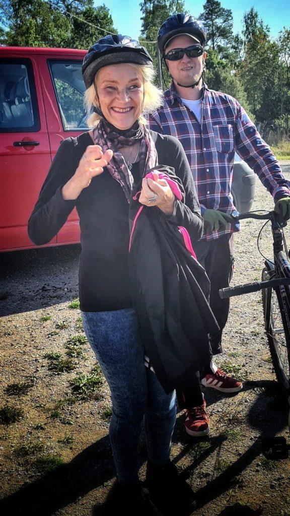 Ansvariga ledare Aini och Kongo, båda har cykelhjälm och står redo att cykla.