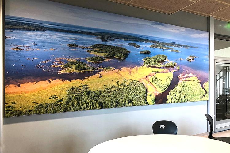 AKUprintti - Merenojan koulu Kalajoki - akustinen droonikuva seinäpaneeli