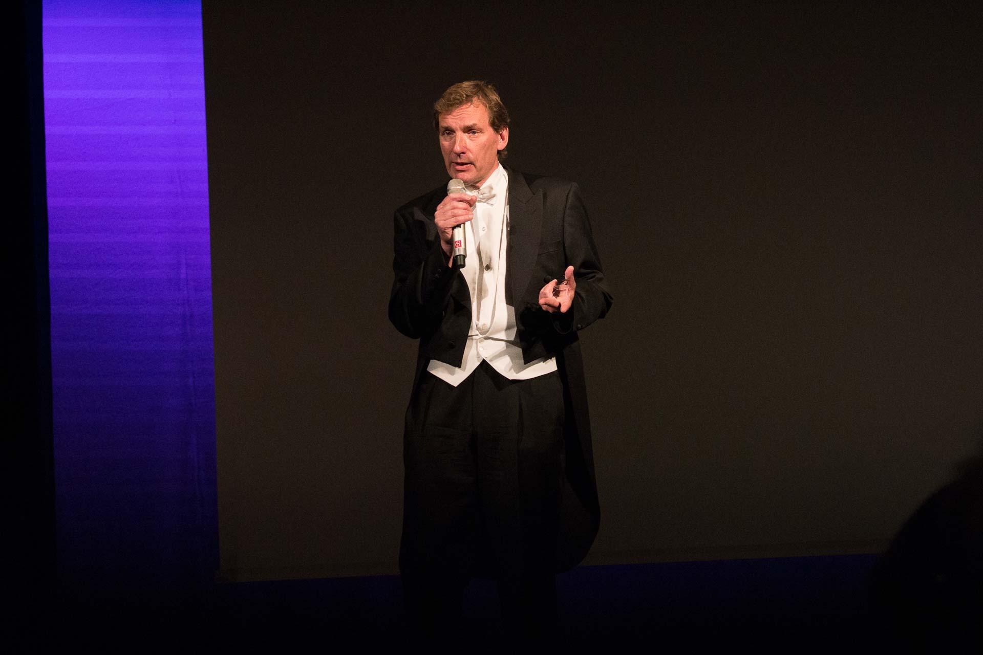 Erik Risberg, pianist i symfonikerna presenterar kvällens konsert på ett väldigt inspirerande sätt.