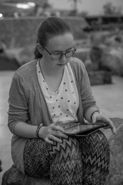 Alexandra Finke lesend