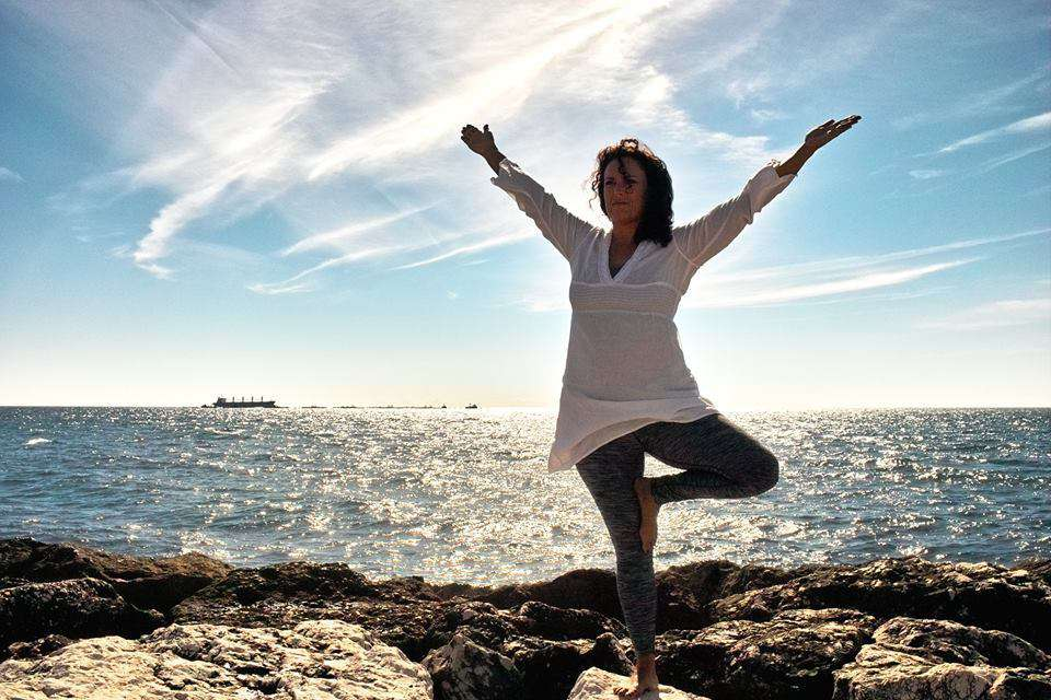 Yoga Position der Baum am Meer