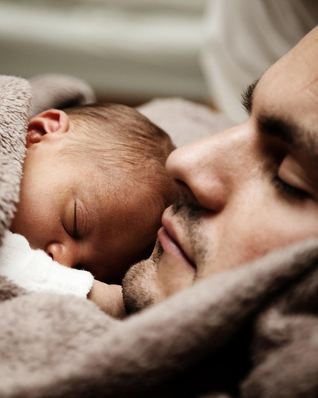 sovende baby sammen med pappa etter sovehjelp fra alle barna sover