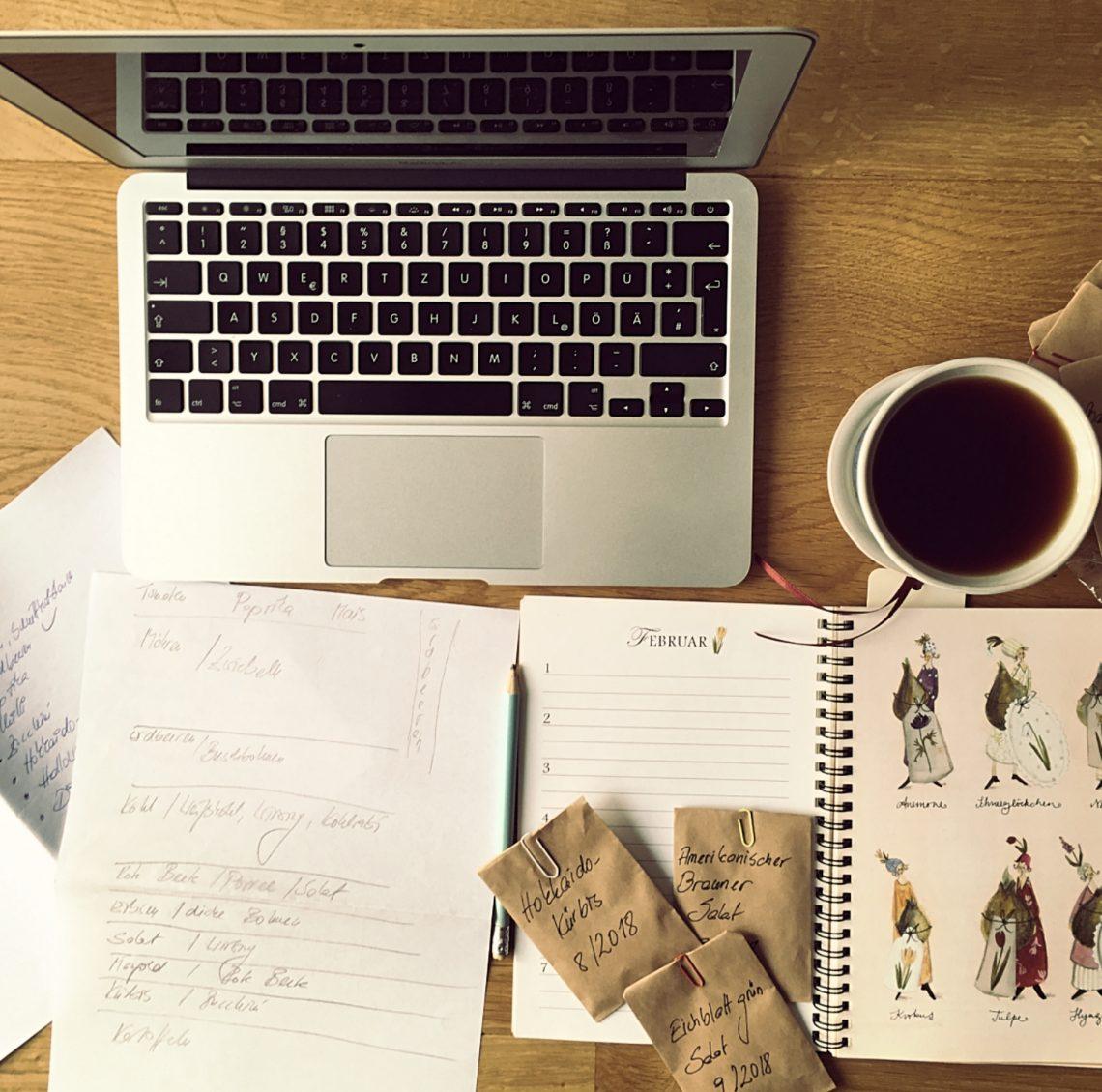 Schreibtisch mit Laptop, Samentütchen, Gartentagebuch, Notizen und Kaffee - so beginnt meine Gartennplanung.