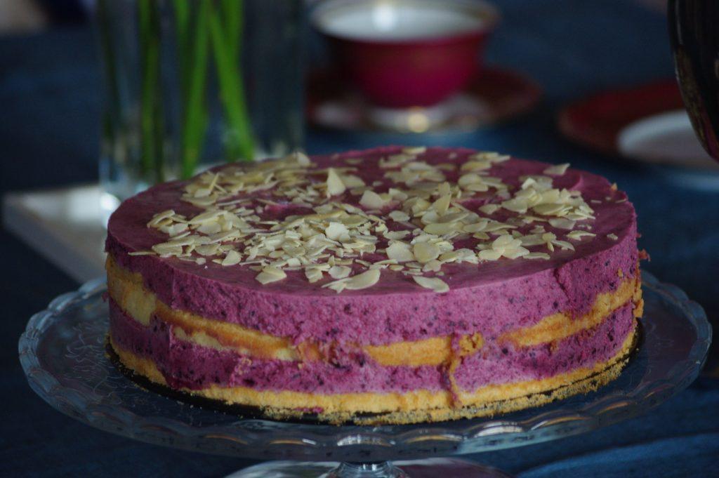 Buttermilch-Torte mit Felsenbirne