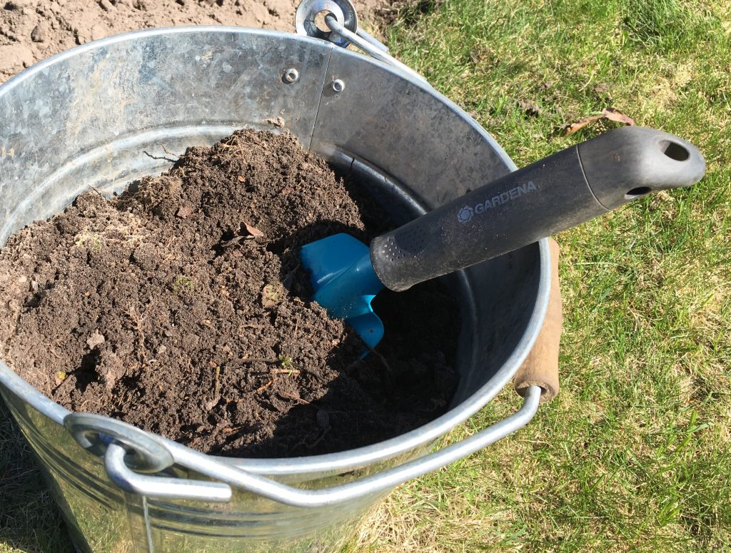 Düngen mit reifem, gesiebten Kompost
